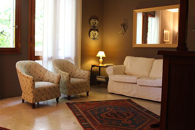 Pareti colorate soggiorno verde idee per il design della for Dipingere soggiorno idee