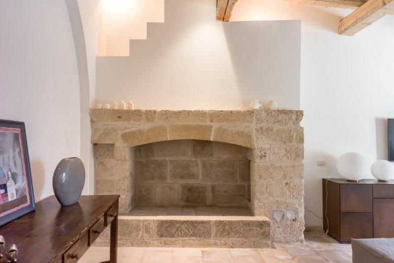 mattoncini in pietra leccese per camino : Lo splendido camino in pietra leccese si staglia alla vista in tutta ...